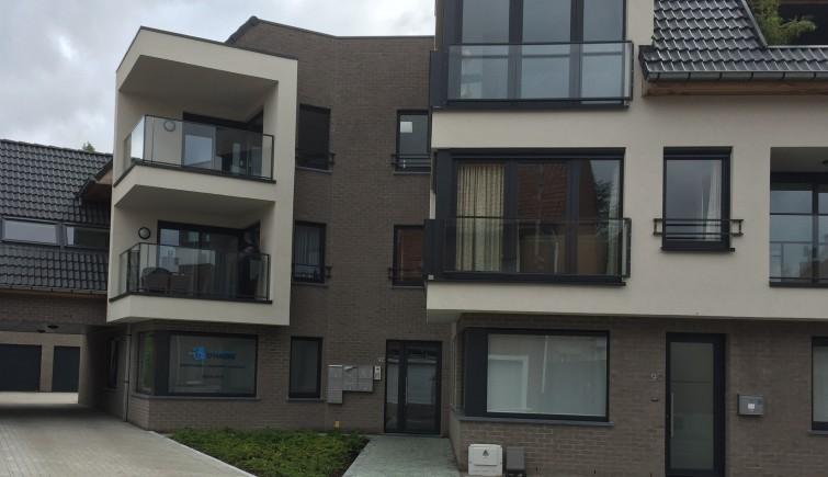 Plaatsen van afsluiting en verharding in Wevelgem